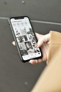 Iphone inne på Instagram och kollar sociala medier